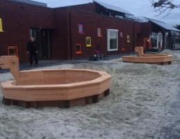 Speelattributen en bankjes schoolplein